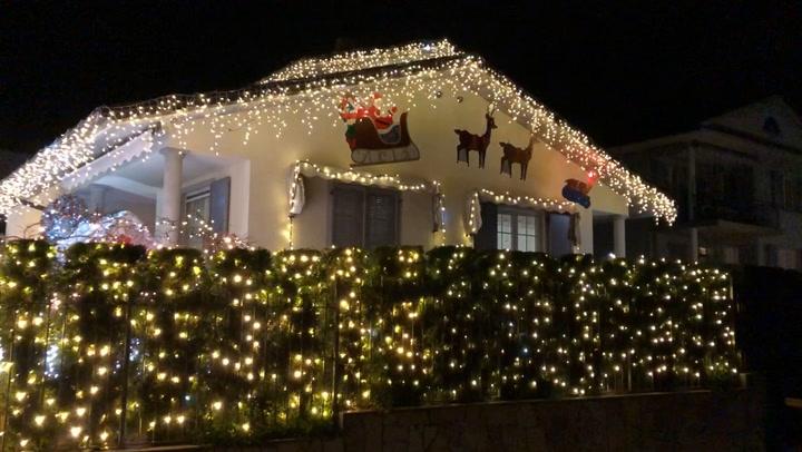 newest b7e79 887ae Natale a suon di luci: tutti in fila per ammirare la ...
